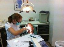 dentysta podczas zabiegu
