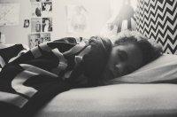 spanie pod kocem