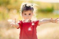 bawiąca się dziewczynka