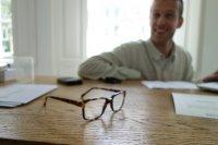 Mężczyzna i jego okulary
