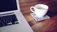 Laptop i filiżanka kawy