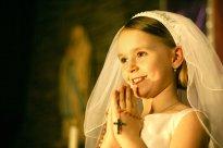 dziewczynka podczas pierwszej komuni świętej