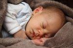 śpiący niemowlak
